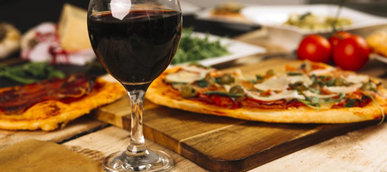 Descubra qual sabor de pizza combina com seu vinho favorito