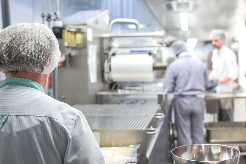 Processos e cuidados que devem ser tomados na sanitização de cozinhas industriais